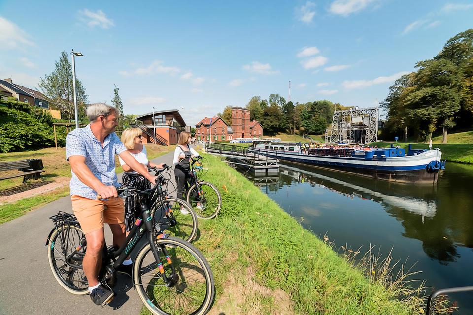 Croisière sur le Canal du Centre historique © Utopix