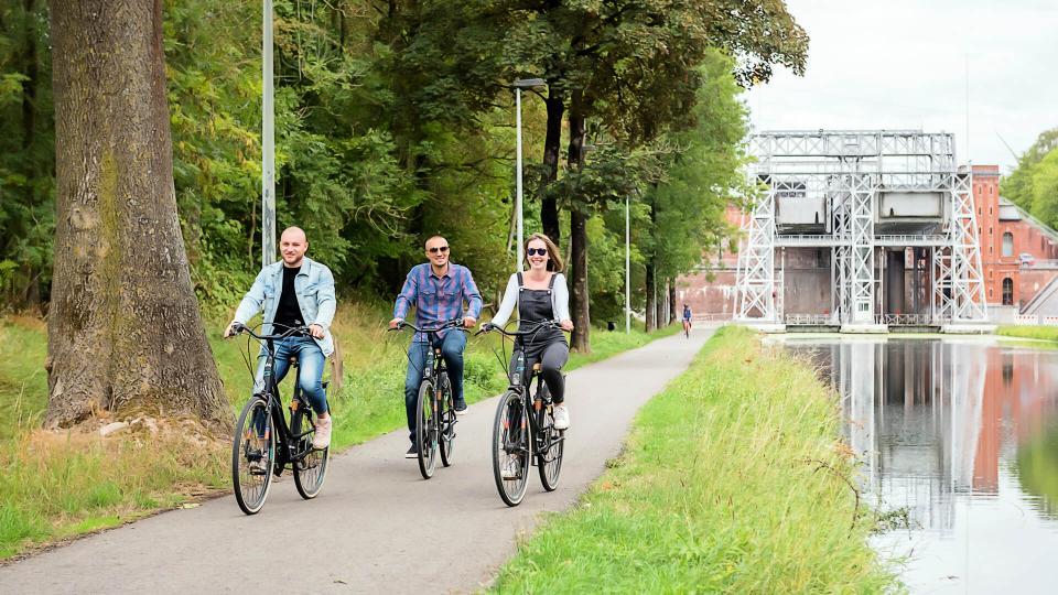 Touristes sur des vélos de location le long du Canal du Centre © Utopix Vhello
