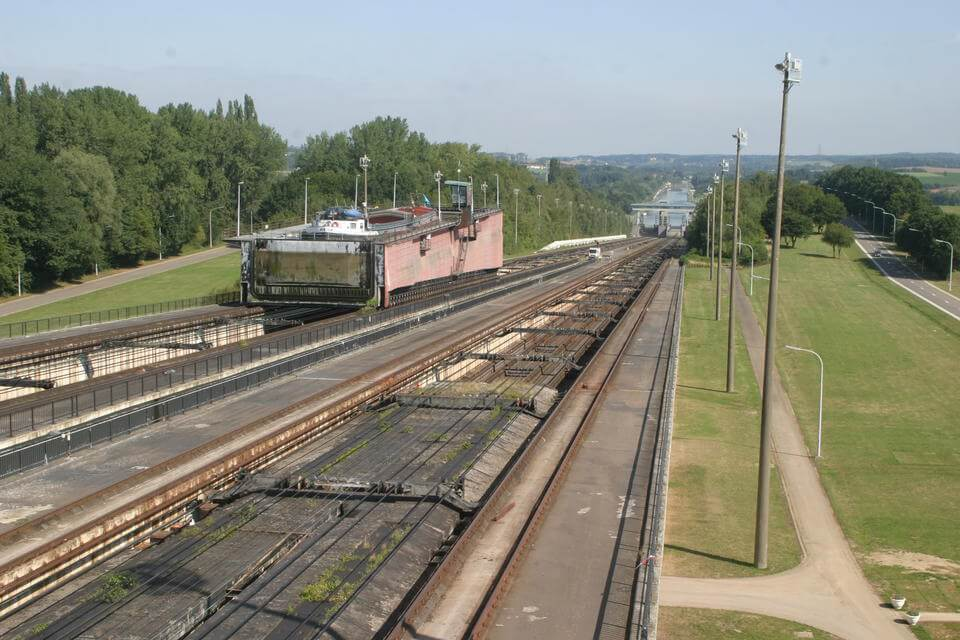 Roll on the Sloping Lock van Ronquières