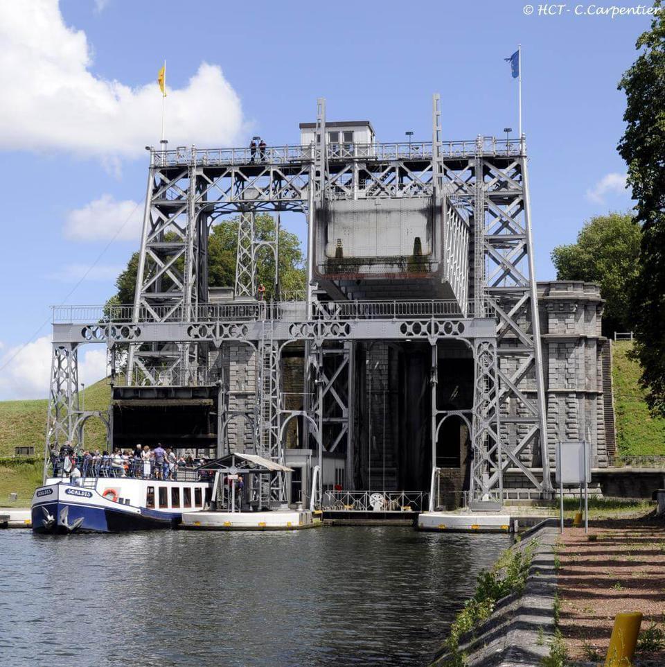 Franchissez l'ascenseur 4 du Canal du Centre historique