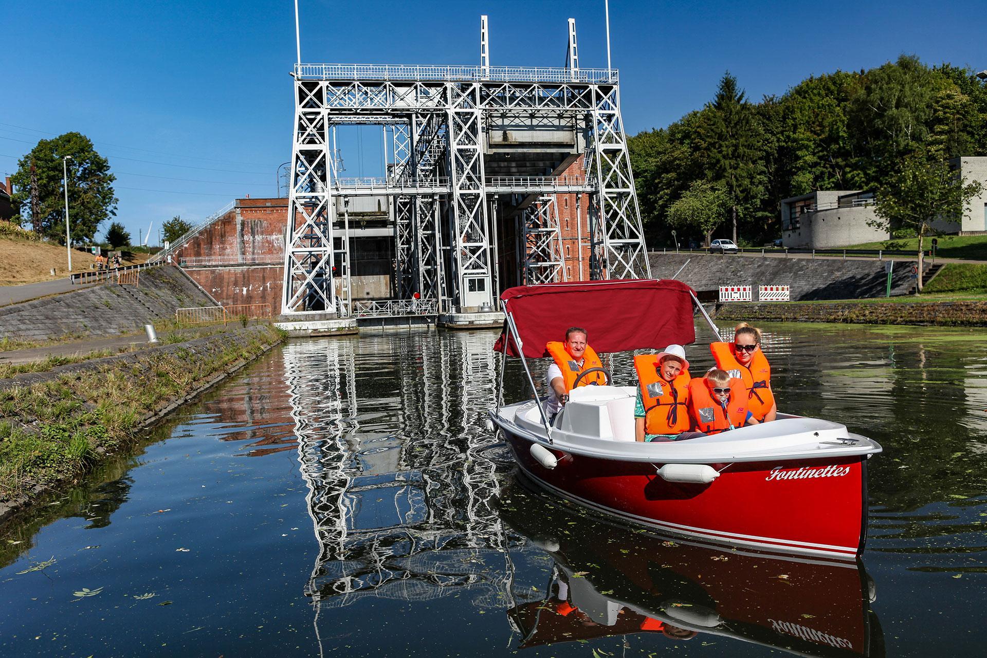 Bateaux électriques sur le Canal du Centre historique