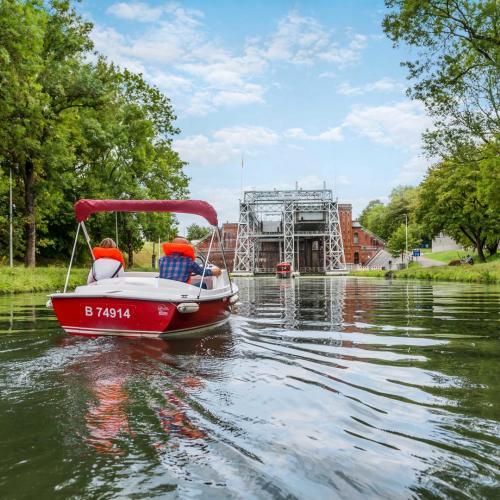 Petit bateaux électriques sur le Canal du Centre C Utopix