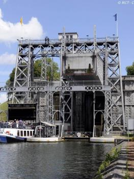 Cross the lift 4 of the historic Canal du Centre
